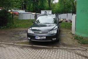 Samochody rozjechały park Skaryszewski. Mieszkańcy naliczyli ponad 200 aut w cztery godziny