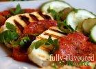 Grillowane halloumi i pomidory malinowe z dressingiem agawowym