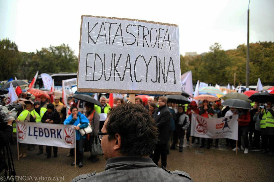 Protest ZNP pod Pomorskim Urzędem Wojewódzkim w Gdańsku przeciwko likwidacji gimnazjów