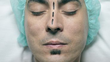 Uciążliwe infekcje, nawracające zapalanie zatok, kłopoty ze snem to tylko niektóre ze skutków krzywej przegrody nosowej, dlatego warto rozważyć korektę.