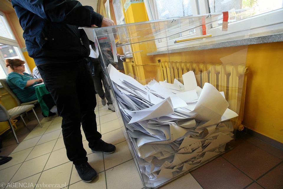 Przezroczysta urna wyborcza w obwodowej komisji wyborczej przy ul. Bandurskiego