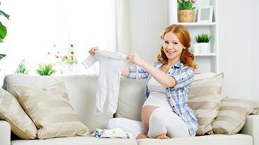 Kobieta w ciąży kompletuje wyprawkę dla noworodka