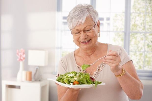 Skóra osób starszych: najczęstsze problemy. Jak dbać o skórę w starszym wieku?