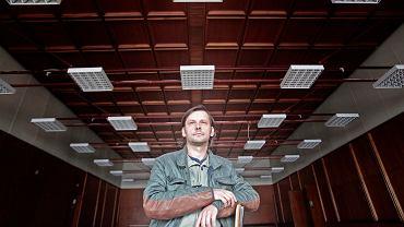 Adam Ziajski, twórca Sceny Roboczej. Budynek przejdzie gruntowny remont dzięki pieniądzom z Poznańskiego Budżetu Obywatelskiego.