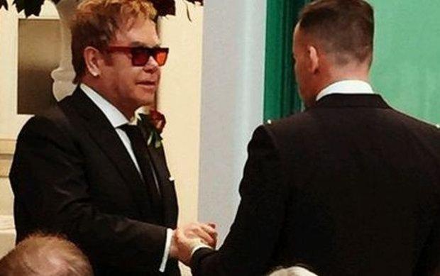 Elton John i David Furnish wzięli ślub. Co ciekawe, pierwsze zdjęcia z ceremonii nie były wykonane przez paparazzi, lecz pojawiły się na Instagramie samego artysty.