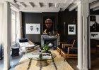 Na marokańskim dywanie szklany stolik Wernera Platnera z pchlego targu. Po lewej fotel-leżanka Flag Halyard Wegnera (Getama). Nad kominkiem portret mieszkańca Burkina Faso autorstwa Antoine'a Schnecka.