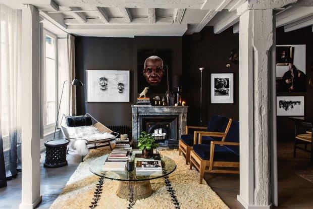 Na maroka�skim dywanie szklany stolik Wernera Platnera z pchlego targu. Po lewej fotel-le�anka Flag Halyard Wegnera (Getama). Nad kominkiem portret mieszka�ca Burkina Faso autorstwa Antoine'a Schnecka.
