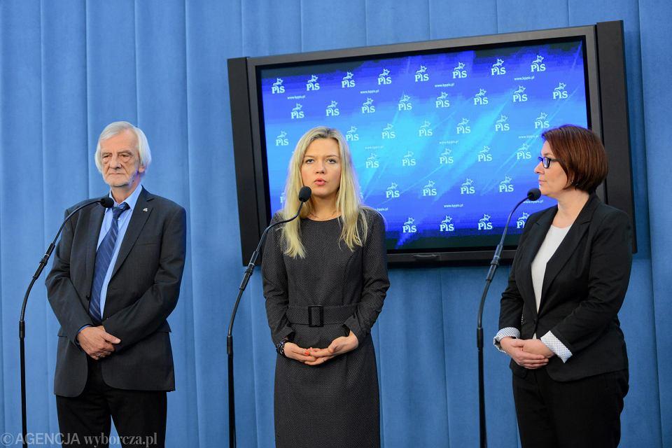 Posłowie PiS: Ryszard Terlecki, Małgorzata Wassermann i Beata Mazurek na konferencji prasowej dot. ustawy o służbie cywilnej