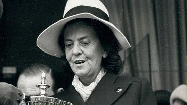 Królowa Wielkiej Brytanii Elżbieta II wręcza nagrodę hrabinie Batthyany, tor wyścigów konnych Longchamp w Paryżu, 1972 rok