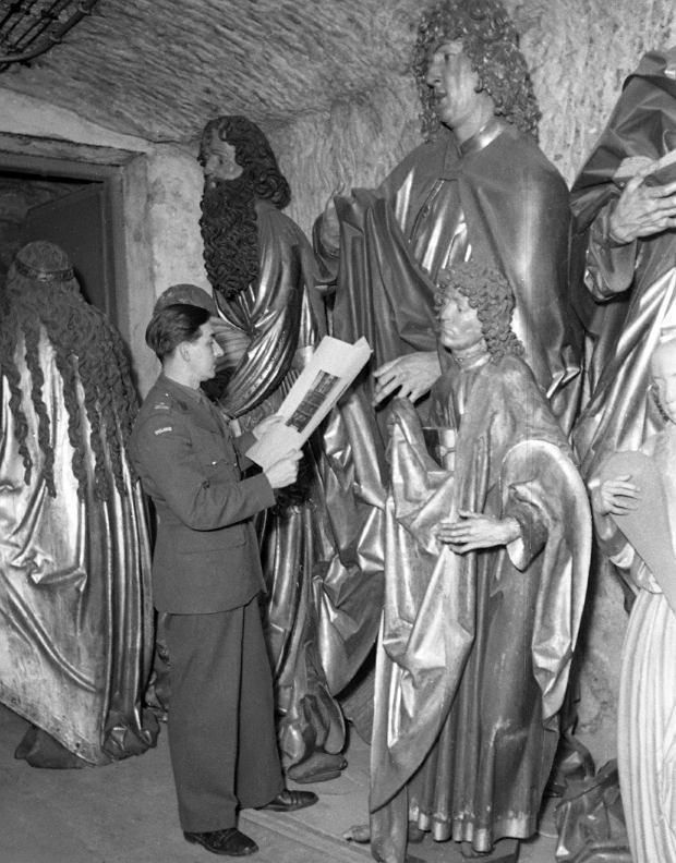 Listopad 1945 r. Karol Estreicher w schronie pod górą zamkową w Norymberdze kataloguje rzeźby z ołtarza Wita Stwosza. W październiku 1939 r. zostały wywiezione przez Niemców z sandomierskiej katedry, gdzie miały przeczekać wojnę. Estreicher szukał ich przez pięć lat. 30 kwietnia 1946 r. ołtarz wraz z wieloma innymi dziełami sztuki, m.in. 'Damą z gronostajem' Leonarda da Vinci, wrócił do Polski w największym transporcie rewindykacyjnym po II wojnie światowej.