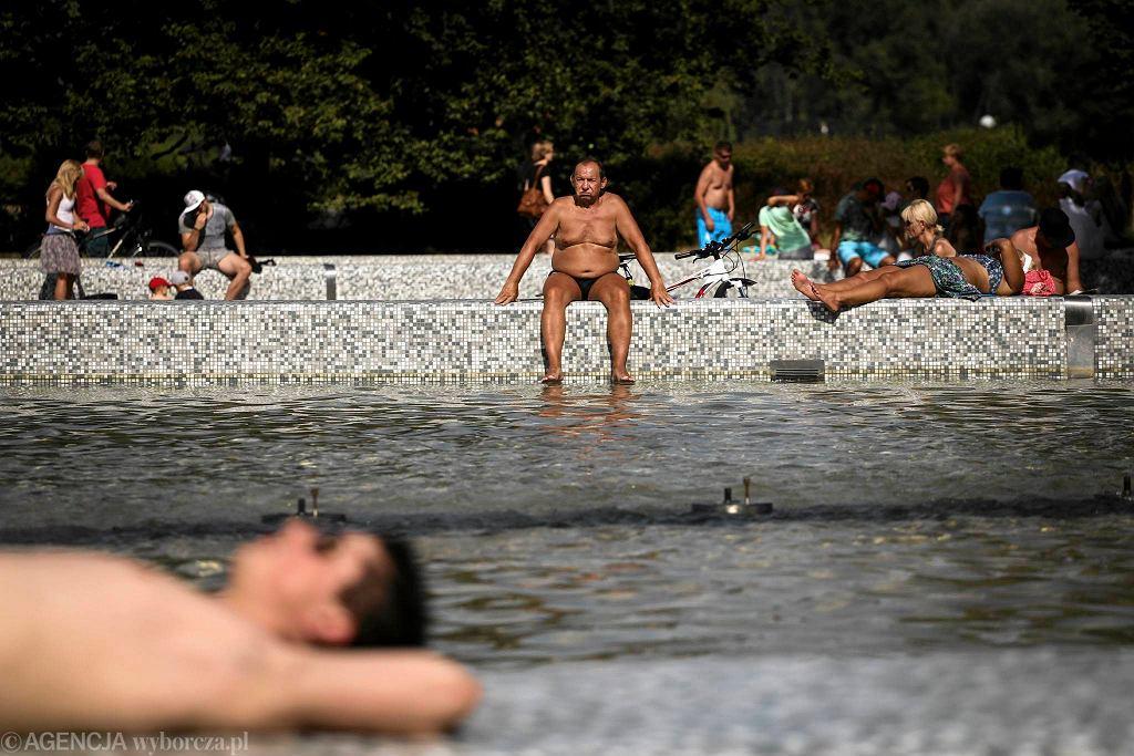 3.08.2015 r., Warszawa - Podzamcze. Tłumy warszawiaków postanowiły spędzić upalną niedzielę w Parku Fontann. Mimo zakazu kąpieli, wiele osób wchodzi do wody, by choć na chwilę się ochłodzić.