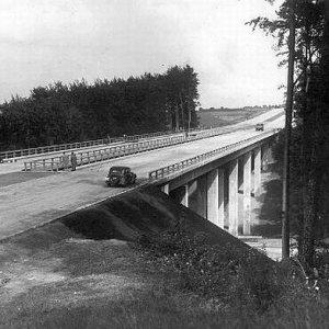Dla Hitlera to by�a bardzo wa�na droga. Dzi� to trasa A6. Nadal ni� je�dzimy