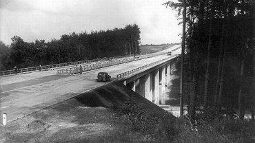 Niemcy zbudowali t� drog� z betonowych p�yt. Przetrwa�a do dzi�. Trasa A6 ko�czy w tym roku 80 lat