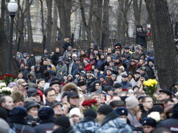 Trumna z Niemcowem już na cmentarzu. Jest specjalny zielony namiot. I znów tłumy Rosjan