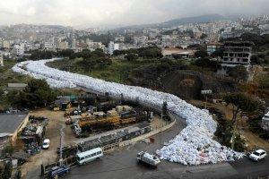 Katastrofa ekologiczna w Bejrucie. Ulicami stolicy Libanu spływa rzeka śmieci...