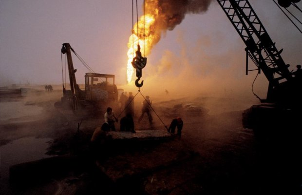 Erupcja ropy w Karlinie, 1981 rok (fot. Chris Niedenthal)