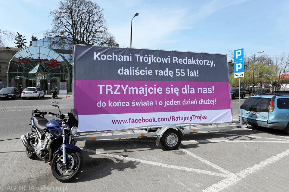 1.04.2017, przyczepa akcji 'Ratujmy Trójkę' przed siedzibą Programu III Polskiego Radia.