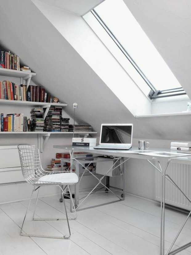 Pod oknem dachowym na antresoli powstał mały gabinet. Na pomalowanych na biało sosnowych deskach zgromadzono część domowego księgozbioru i płytoteki.