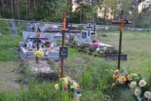 Parafia oznaczy�a jaskraw� farb� krzy�e na cmentarzu. Bo groby by�y zaniedbane
