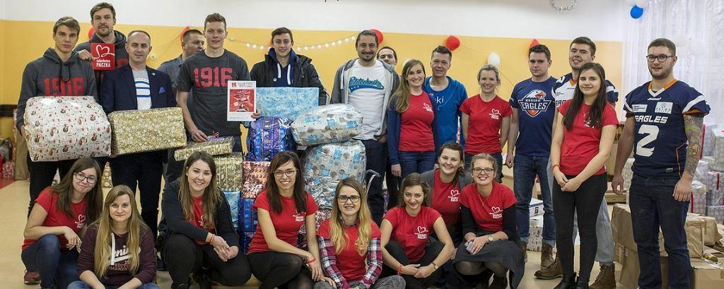 Siatkarze stołecznej drużyny przygotowali świąteczne podarunki dla rodziny znajdującej się w trudnej sytuacji materialnej.