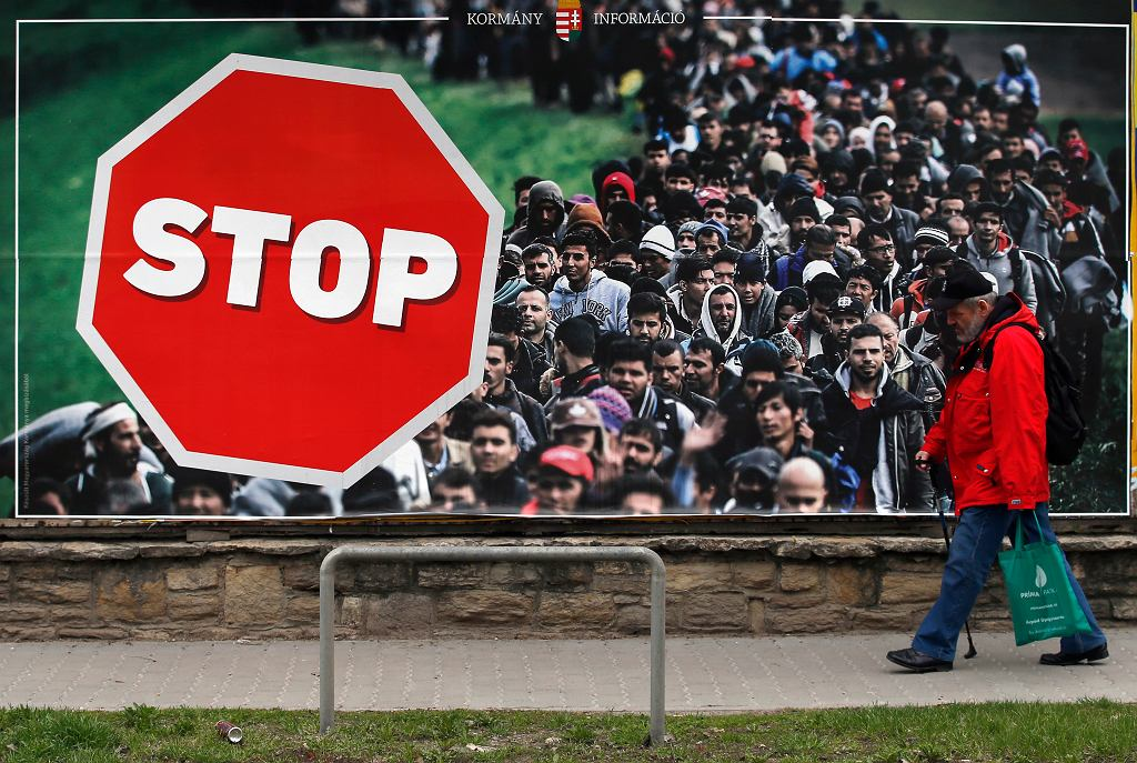 Wybory na Węgrzech. Plakat rządowej kampanii przeciwko imigrantom