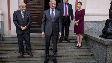 Na pierwszym planie prezydent Jacek Jaśkowiak. Po prawej, obok drzwi, Andrzej Białas.