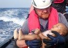 """�egluj�c przez masowy gr�b uchod�c�w. """"Gdy znalaz�em to dziecko w wodzie, chcia�em krzycze�"""""""