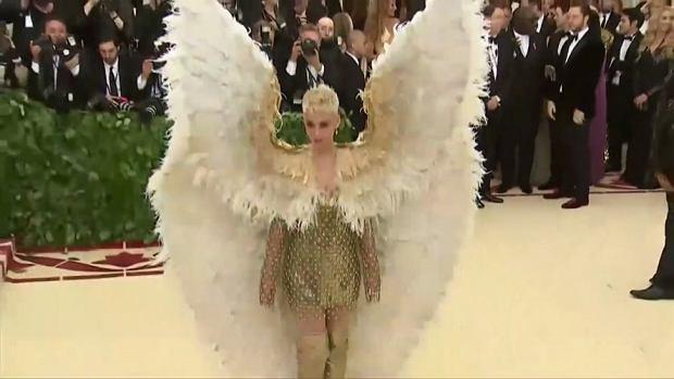 W Nowym Jorku po raz kolejny odbyła się Met Gala, która ściągnęła całą plejadę gwiazd. Tegorocznym motywem przewodnim imprezy było powiązanie mody z religią katolicką. Zainteresowanie mediów wzbudziła przede wszystkim Rihanna przebrana za papieża oraz Katy Perry w anielskich skrzydłach. Gala zainaugurowała ekspozycję, na którą sprowadzono dzieła z Kaplicy Sykstyńskiej w Watykanie. Wystawę będzie można oglądać od 10 maja do 8 października.