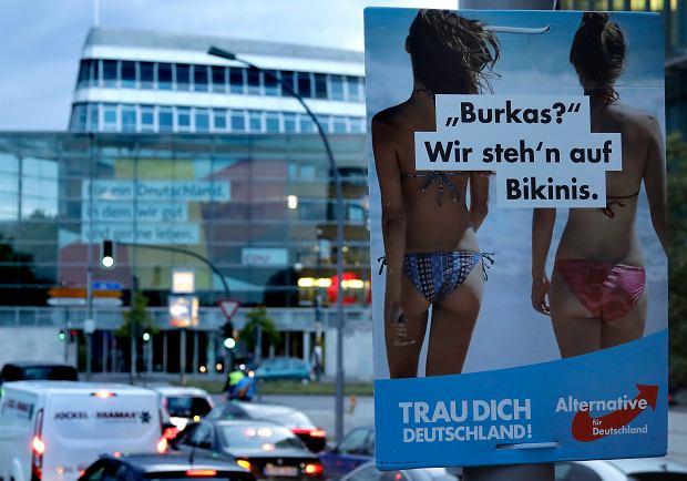 Plakat wyborczy AfD z hasłem 'Burki? My obstajemy przy bikini'