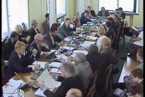 Poseł Jan Szyszko podczas obrad sejmowej Komisji Ochrony Środowiska, Zasobów Naturalnych i Leśnictwa