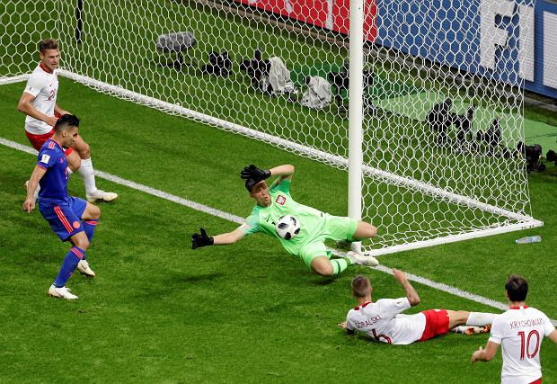 Poland goalkeeper Wojciech Szczesny stops a shot by Colombia's Juan Cuadrado during the group H match between Poland and Colombia at the 2018 soccer World Cup at the Kazan Arena in Kazan, Russia, Sunday, June 24, 2018. (AP Photo/Sergei Grits)