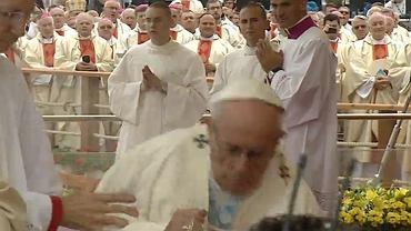 Papie� przewr�ci� si� podczas mszy. Na szcz�cie nic si� nie sta�o