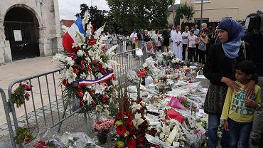 Po piątkowej modlitwie wmeczecie muzułmanie odwiedzili miejsce upamiętnienia księdza zabitego przez terrorystów w kościele w Saint-Etienne-du-Rouvray, 29 lipca