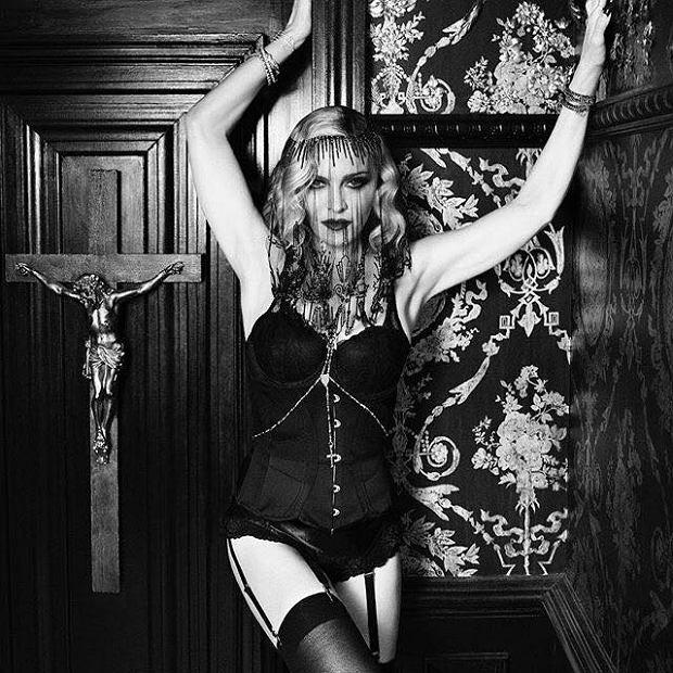 Wydawać by się mogło, że gwiazda lubiąca skandale, Madonna, sama odda kiedyś swoje używane majtki na sprzedaż. Okazuje się jednak, że za aukcję odpowiedzialna jest Darlene Lutz, dawna przyjaciółka i pracownica Madonny. Sama gwiazda rozpoczęła proces, by zablokować sprzedaż jej osobistych przedmiotów.