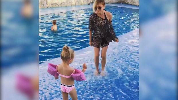 Anna Wyszkoni od zawsze cieszy się nienaganną figurą, prywatnie rzadko jednak ją eksponuje. Na wideo z wakacji pokazała jak wygląda w bikini. Takich nóg mogłaby jej pozazdrościć każda!