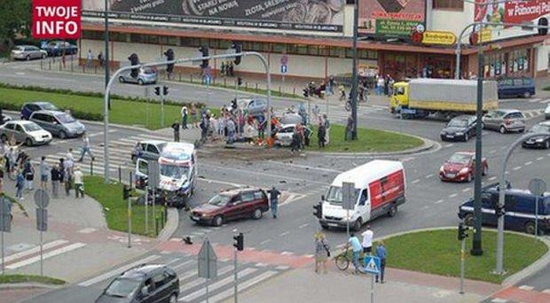 Zderzenie karetki z samochodem osobowym w Elbl�gu. Jedna osoba nie �yje