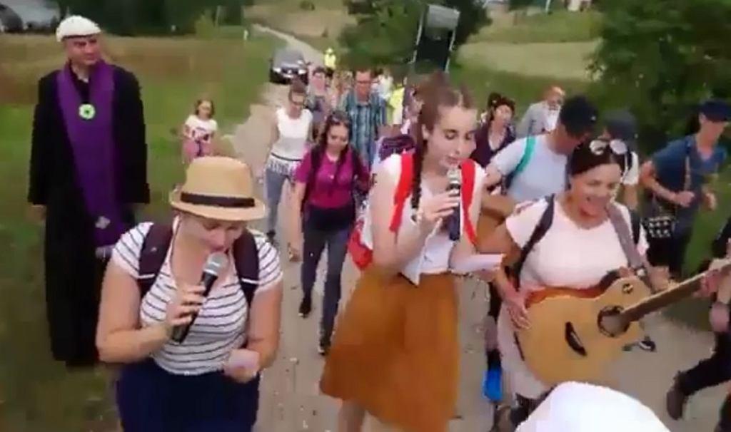 Pielgrzymi przerobili ''Miłość w Zakopanem'' Sławomira. Śpiewają o Maryi w rytmie disco-polo