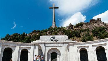 Mauzoleum w Dolinie Poległych w górach Guadarrama na północ od Madrytu, które Franco wzniósł ku chwale swego zwycięstwa w wojnie domowej. Tam też znajduje się grób dyktatora.