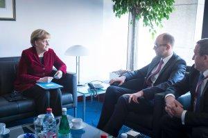 Bielecki z Brukseli: Jak podpisa� umow� z Ukrain� i nie rozdra�ni� Putina
