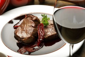 Czerwone wino z czerwonym mięsem to niekorzystne połączenie