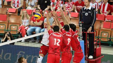 Siatkarska reprezentacja Polski na inaugurację sezonu reprezentacyjnego rozbiła Iran. W Katowicach pożegnano Krzysztofa Ignaczaka, znakomitego libero i mistrza świata z 2014 roku. Polski zespół jest w trakcie przygotowań do rywalizacji w Lidze Światowej. Można było więc mieć wątpliwości co do formy białoczerwonych. Ciężkie treningi nie spętały jednak nóg naszych siatkarzy. Graliśmy szybko, dominowaliśmy na siatce. Naszym atutem była również zagrywka. W Spodku po raz ostatni reprezentacyjną koszulkę założył 39-letni Ignaczak. Libero reprezentował Polskę 321 razy. Kibice zgromadzeni w katowickiej hali pożegnali mistrza burzą braw. Koledzy z drużyny niemal znieśli go z parkietu na rękach.  Spotkaniem w Katowicach na trenerskiej ławce naszej drużyny zwycięsko zadebiutował Włoch De Giorgi. </p>  Polska - Iran 3:0 (25:19, 25:19, 25:23)<?p> Polska: Drzyzga, Konarski, Lemański, Bieniek, Kubiak, Kurek, Ignaczak (libero) </p> Iran: Marouf, Mousavi, Ghaemi, Seyed, Mirzajanpour, Ebadipour, Marandi (libero)