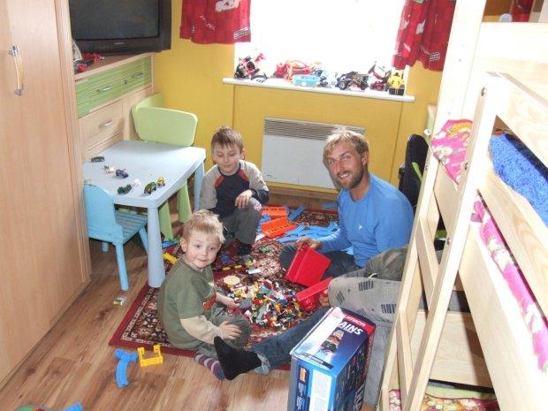 Wreszcie Filipek i Dawidek mają tatę w domu. Hubert z synami na placu zabaw
