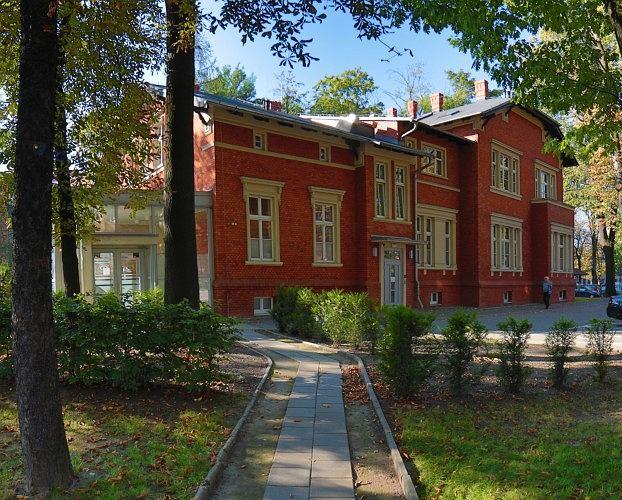 Przebudowa i rozbudowa budynku biurowego na przychodnię zdrowia z częścią biurową i małą gastronomią w Chorzowie