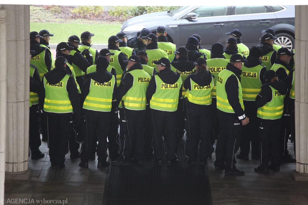 Policja pilnuje wejścia do Sejmu
