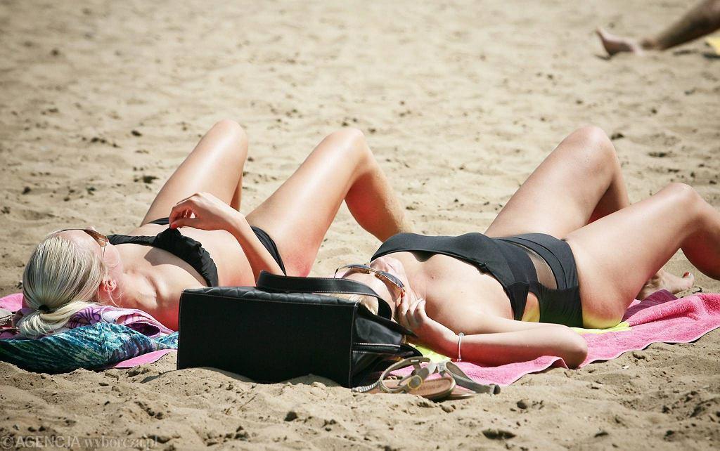 Opalanie na plaży bez kremu może skończyć się poparzeniem słonecznym
