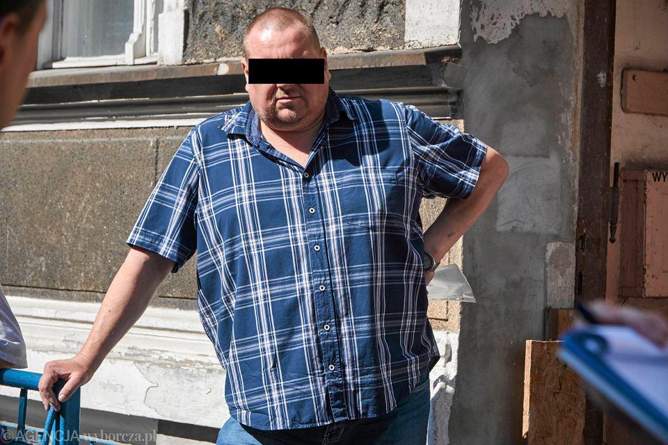 'Czyściciel' kamienic Piotr Ś. przed kamienicą przy ul. Stolarskiej