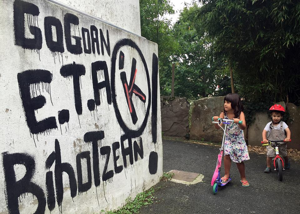 Graffiti w Sare w południowo-zachodniej Francji. Napis głosi 'ETA, kraj Basków, wolność; w pamięci i w sercu'.