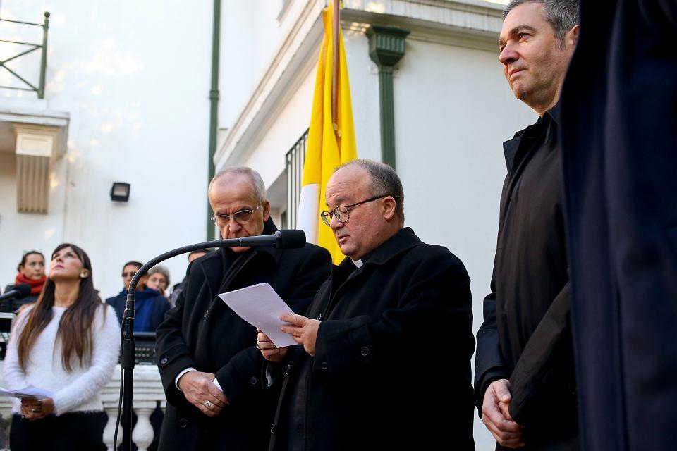 Konferencja prasowa w Santiago. Z lewej nuncjusz papieski Ivo Scapolo, dalej arcybiskup Charles Scicluna (z dokumentem w dłoniach)  i monsignore Jordi Bertomeu (z prawej), 12 czerwca 2018 r.