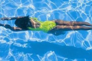 Trening pływacki: 10 powodów, dla których warto regularnie pływać