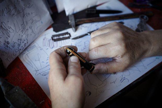 Naprawa piór wiecznych (fot. Marta Mach)